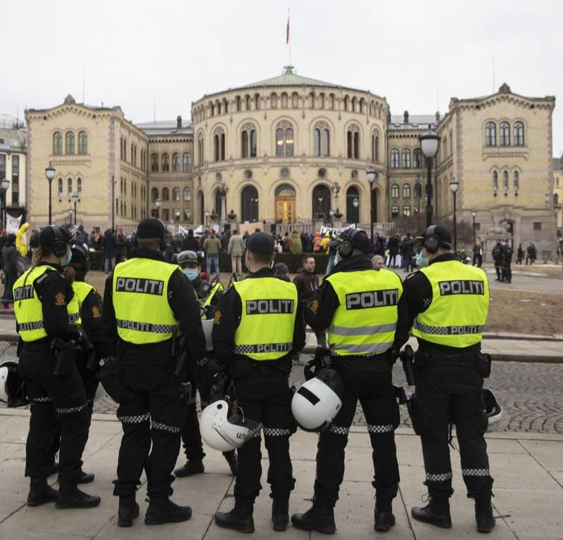 En rekke personer holdt appeller fra en liten scene foran Stortinget.