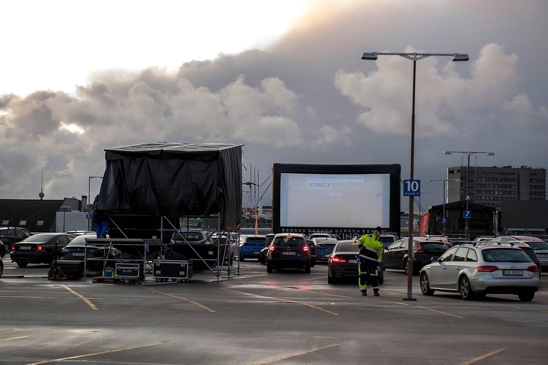 """Bergen 20200403.  På toppen av By Garasjen starter Bergen Kino Drive-In kino i påsken på grunn av koronasmitten. Første film som blir vist er """"Fremad"""". De starter klokka 20.30, da er det mørkt. Det skal vises to filmer hver kveld. Foto: Marit Hommedal / NTB scanpix"""
