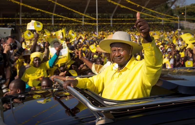 VETERAN: Ugandas president Yoweri Museveni har hatt makten siden 1986. Men ugandernes feiring i sosiale medier av at Zimbabwes diktator Robert Mugabe måtte gi tapt i 2017, gir en indikasjon på at Museveni heller ikke kommer til å sitte evig, skriver Maren Sæbø. FOTO: BEN CURTIS/NTB SCANPIX