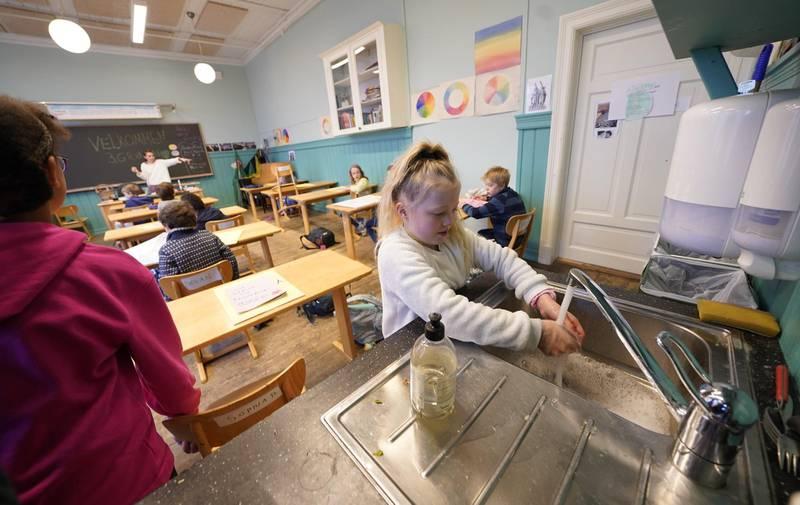 Oslo 20200427.  3. klasse elevene på Nordstrand Steinerskole er tilbake på skolen mandag. På grunn av koronapandemien ble samtlige skoler stengt 12. mars. Men seks uker senere, den 27. april, åpnet skolene over hele landet for elever fra 1. til 4. trinn. Foto: Heiko Junge / NTB scanpix