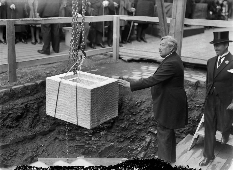 Rådhusets grunnstein legges ned 4. september 1931 av Arbeiderpartiordfører Adolf Indrebø.