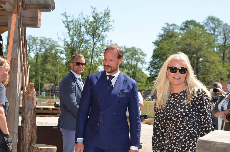 Kronprins Haakon og kronprinsesse Mette-Marit var imponert over arbeidet som er lagt ned i Håpets katedral.