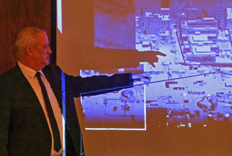 Israels forsvarsminister Benny Gantz viser fram mål den israelske hæren har truffet i Gaza. Israel har hevdet at angrepene utelukkende har vært rettet mot militære mål. FN har bedt om bevis for påstanden.