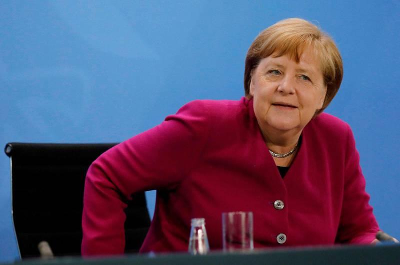 I gruppen som har gitt Tysklands kansler Angela Merkel råd om når og hvordan hun skulle lette på de strenge tiltakene har hun hatt med seg skoleforskere, etikere, filosofer, prester, historikere og sosiologer i tillegg til leger og naturvitere. Det bør vi ta lærdom av, mener kronikkforfatterne. Foto: Markus Schreiber/NTB scanpix