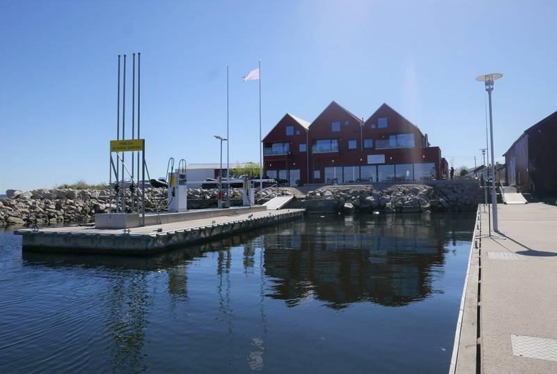 Marnet marina i Øyenkilen med restaurant St. Peters i bakgrunnen og bryggeanlegg i forkant.
