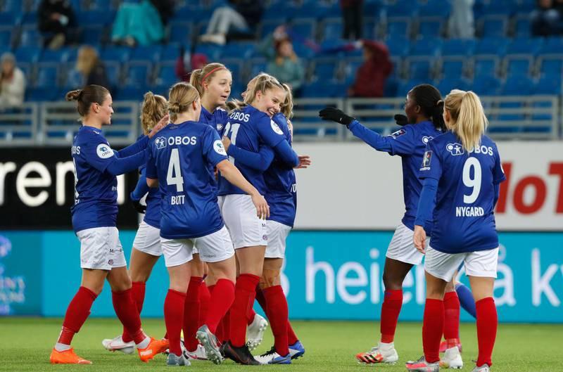 Oslo 20201104.  Vålerengaspillerne feirer 4-0 målet. Mesterligaen kvinner, 1. kvalifiseringsrunde: Vålerenga – Klaksvik (Færøyene) Foto: Terje Bendiksby / NTB