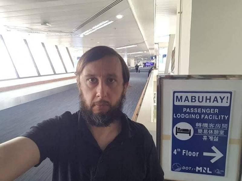 Roman Trofimov fra Estland er på grunn av koronapandemien strandet på flyplassen i Filippinene. Foto: Skjermdump fra Facebook.
