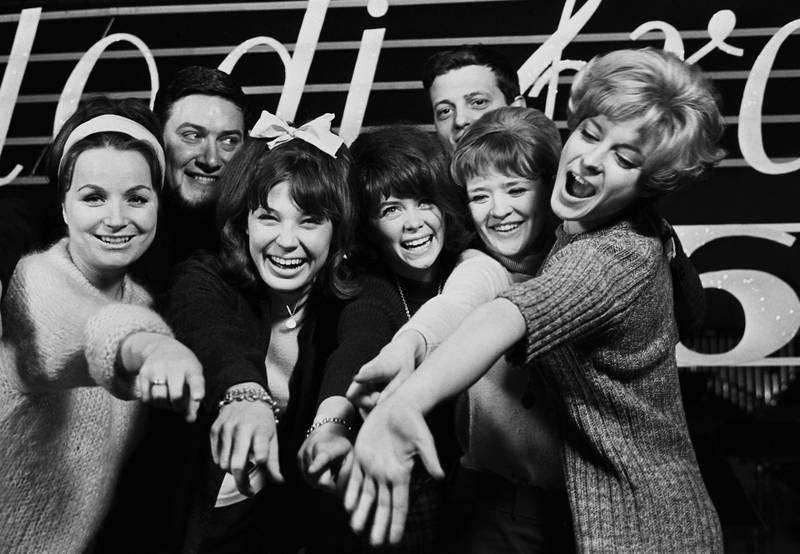 Kjell Karlsens med sitt orkester var som vanlig på plass i Melodi Grand Prix i 1966, med Anita Thallaug, Åse Kleveland, Wenche           Myhre, Kirsti Sparboe, Grynet Molvig og programleder Johnny Bergh (delvis skjult). Foto: NTB/scanpix