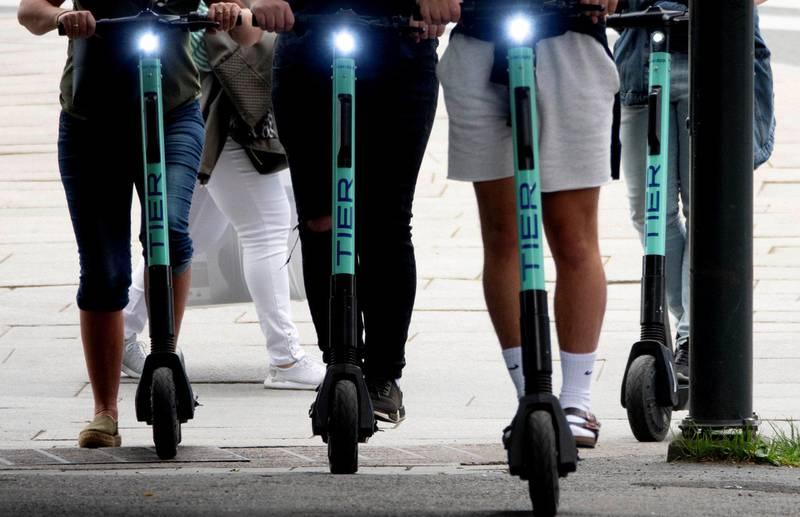 Elsparkesyklene regjerer i Oslo sentrum. Store og små, fastboende og turister, nordmenn så vel som utlendinger farer rundt i gater, på fortau, gjennom parker, med både to og tre på brettet på de elektriske sparkesyklene som ser ut til å ha blitt sommerens slager i storbyen.