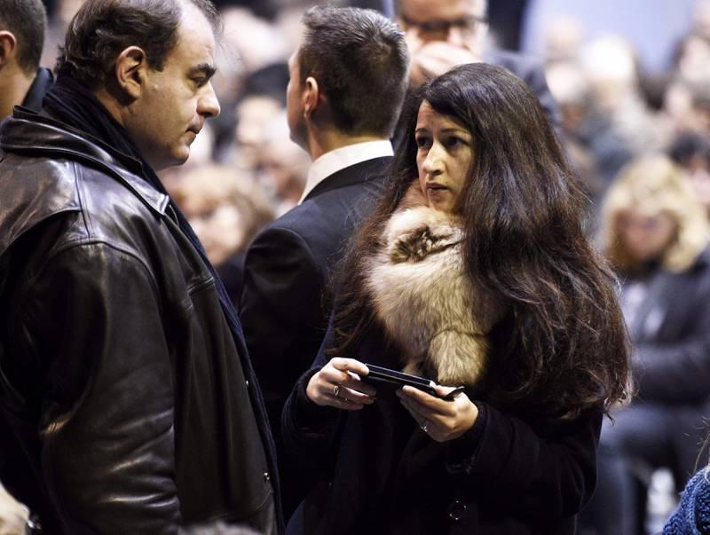 Zineb El Rhazoui (34) var blant en håndfull ansatte som slapp unna massakren fordi de ikke var kommet tilbake på jobb etter juleferien. Her under begravelsen for redaktør Stephane «Charb» Charbonnier.