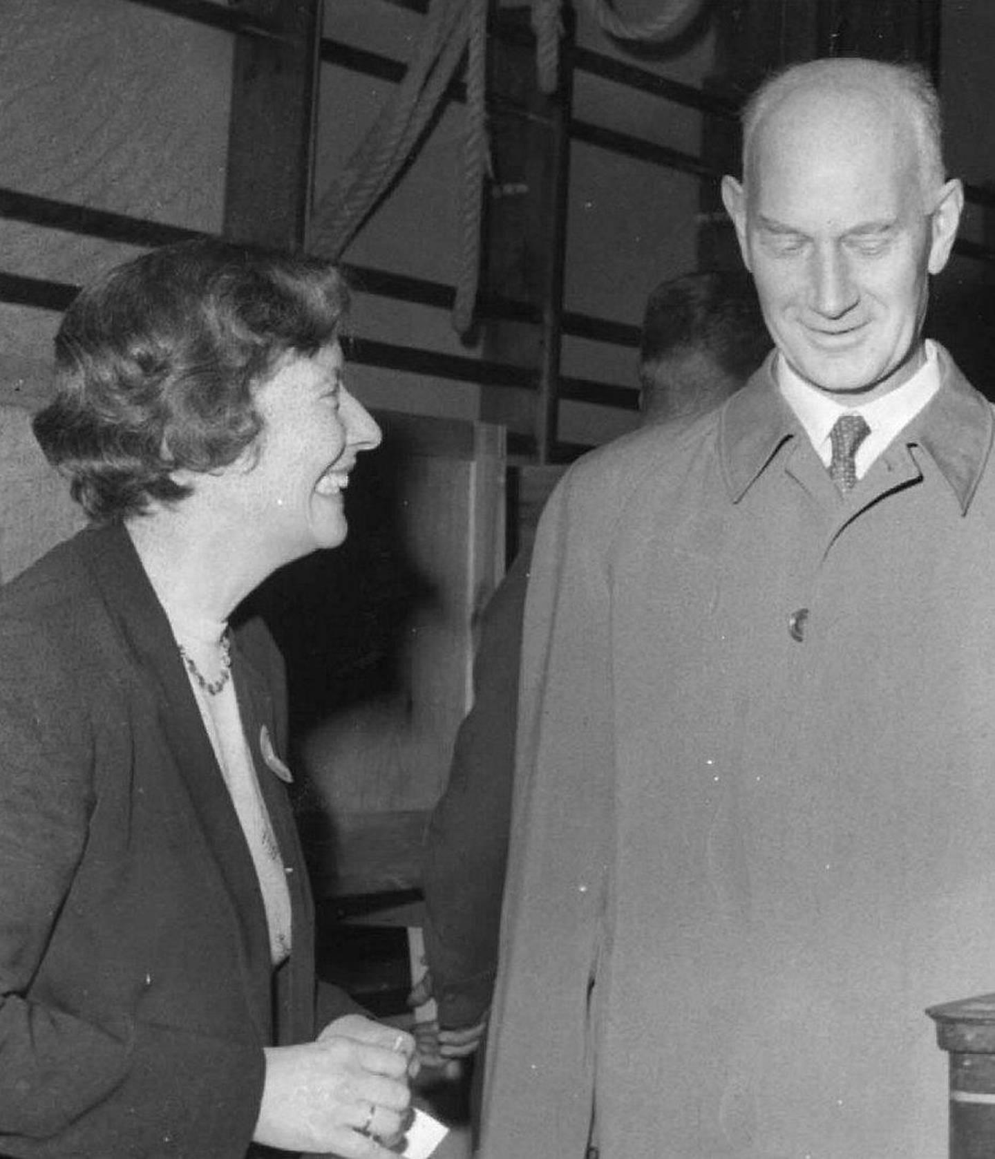 En foredragsstjerne i lokale kvinneforeninger, Werna Gerhardsen, avgir sin stemme på Hersleb skole under stortingsvalget i 1957, sammen med mannen Einar.