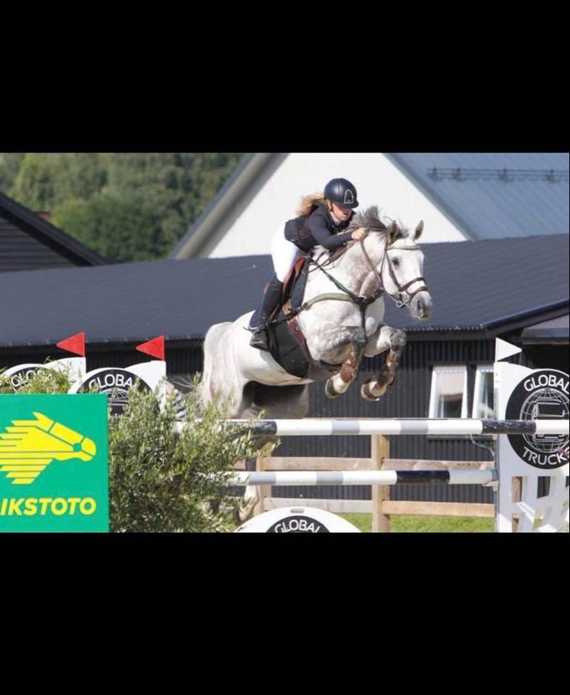 Mira Høidal fra Fredrikstad og Omegn Rideklubb vant gull i junior-NM i sprang i helgen.