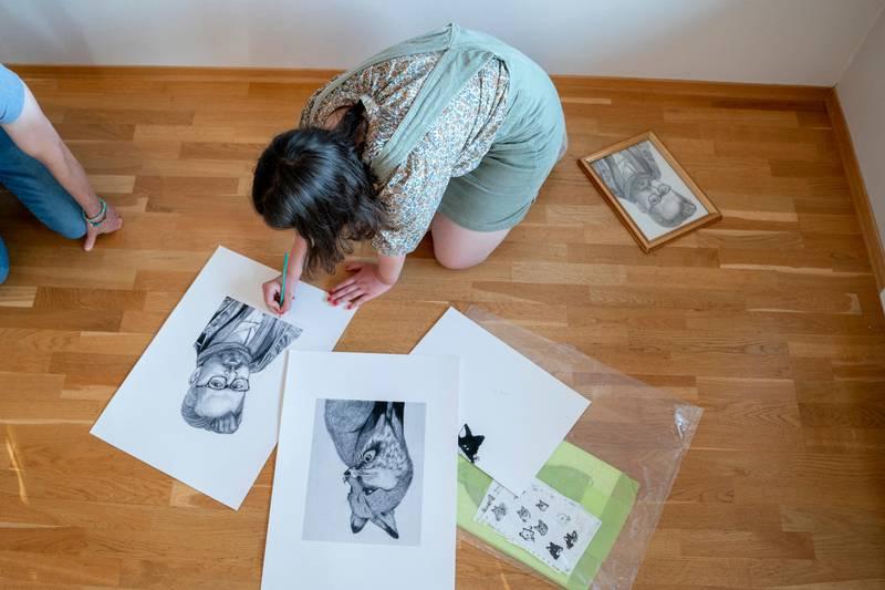 Moss 20200616.  Maud Angelica Behn signerer tegningen hun lagde av sin far Ari Behn under en presentasjon av utstilling med Ari Behns verker på Galleri Varden på Jeløya. Foto: Fredrik Hagen / NTB scanpix