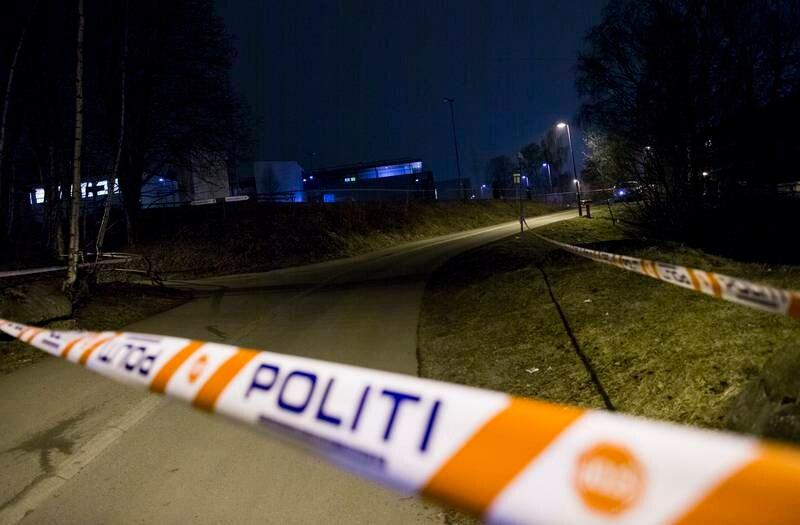 Politiet sperret av et området ved Lindeberg skole da Muhammad Shahzad Aslam ble funnet død på stedet. Foto: Vegard Wivestad Grøtt / NTB