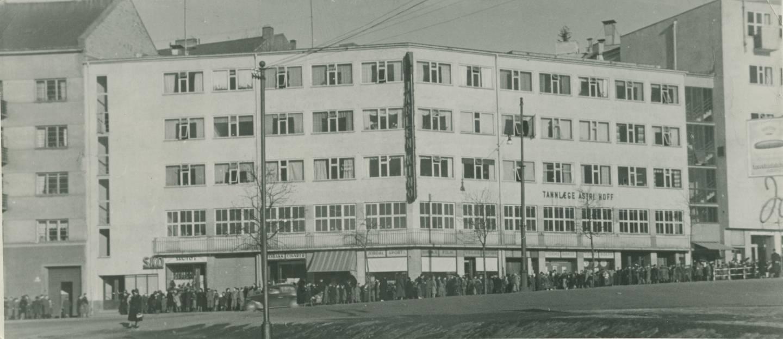 Til tross for London-regjeringas oppfordring til kinostreik, gikk folk på kino som aldri før under okkupasjonen. Folk i kø til Jarlen kino på Galgeberg ca. 1943.