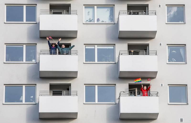 Oslo 20200317.  Beboere i Fossheim Borettslag ville vise samhold og dugnadsånd og gikk ut på balkongene sine tirsdag ettermiddag. De fleste av beboerne holder seg inne i leiligheten nesten hele dagen under den nasjonale dugnaden for å bekjempe koronaviruset. Foto: Ole Berg-Rusten / NTB scanpix