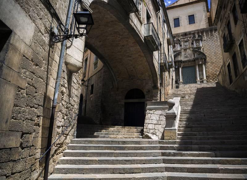 Gatene i spanske Girona er også brukt som bakteppe for mange av scenene i serien.
