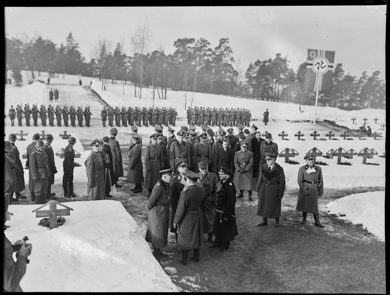 Minnedag for falne tyske soldater med bekransning på krigskirkegården på Ekeberg mars 1941. Foto: Riksarkivet, NTBs krigsarkiv