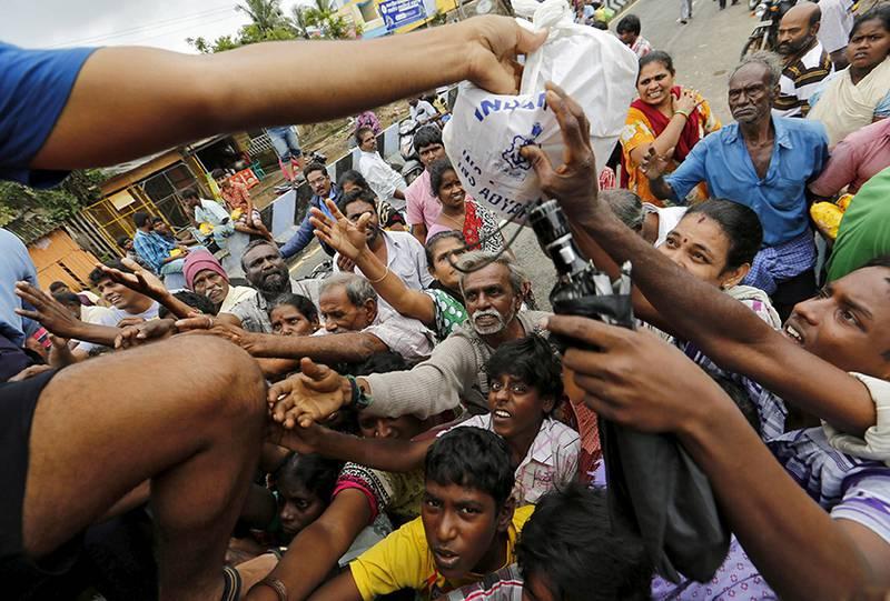 Nødhjelp er mer effektiv enn før. Her får mennesker i India mat. FOTO: NTB SCANPIX