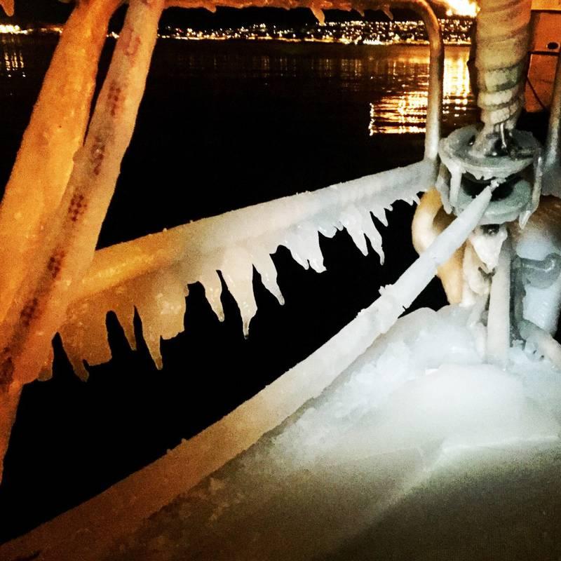 Ising på dekk og tauverk etter seilas til Narvik.