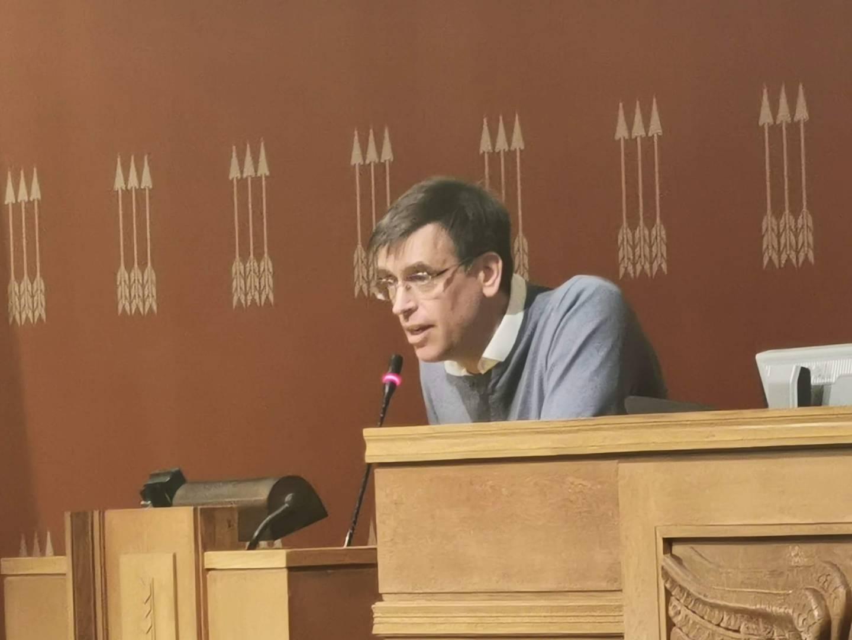 Bompenge-Bjørn Revil demonstrerer klassisk nybegynner-teknikk på talerstolen.