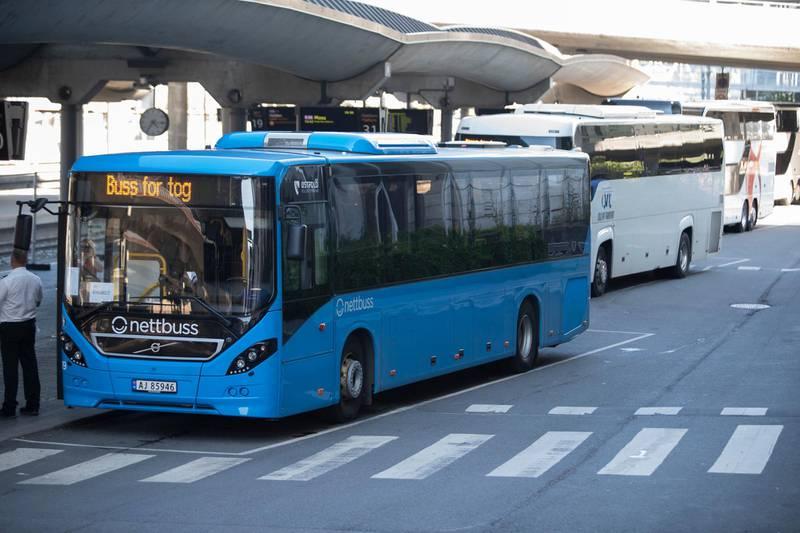 Oslo  20190724. På flere togstrekninger må de reisende ta buss for tog i mens arbeidet med oppgradering av jernbanen gjøres om sommeren. Østfoldbanen er en strekningene de reisende må buss fra Oslo S. Foto: Terje Bendiksby / NTB scanpix