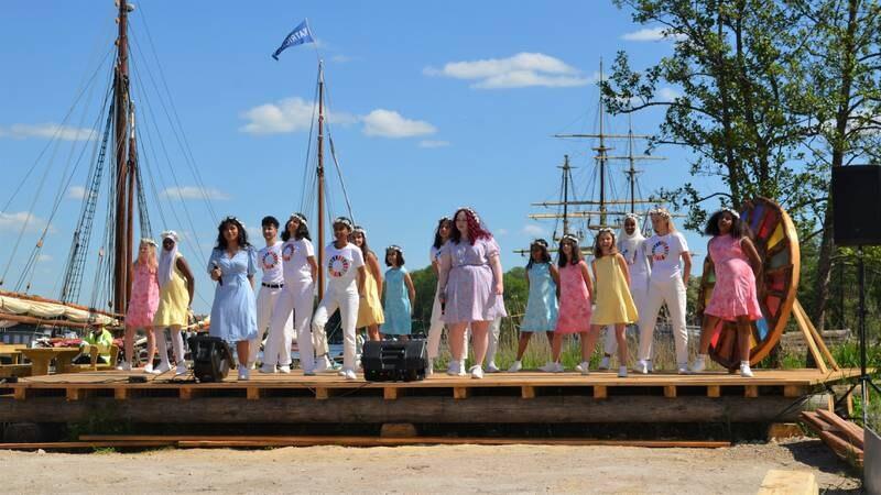 Fargespill Østfold er et multikulturelt musikkprosjekt. Torsdag fikk Kronprinsparet overvære generalprøven på en av gruppenes nyeste oppvisning med sang og dans.
