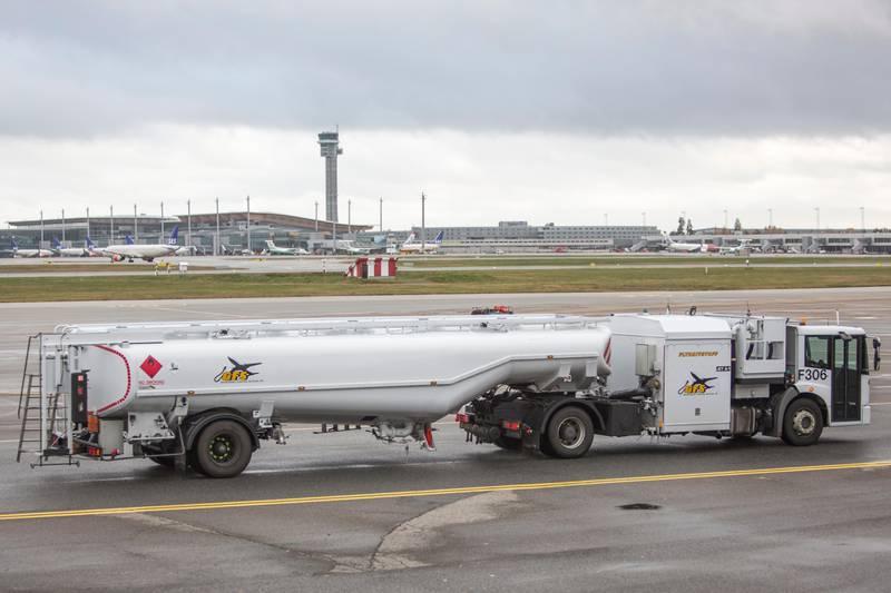 Gardermoen  20171017. Tankbil med flydrivstoff fra Gardermoen Fuelling Services AS. Foto: Paul Kleiven / NTB