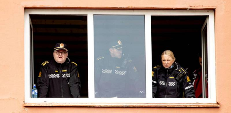 Politiet med god oversikt under et arrangement i regi av Stopp Islamiseringen av Norge (SIAN) på Østre Torg på Hamar. Foto: Geir Olsen / NTB