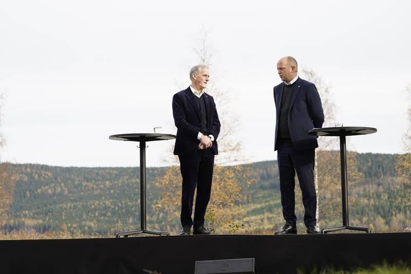 AP-leder Jonas Gahr Støre og SP-leder Trygve Slagsvold Vedum la frem regjeringsplattformen ved Hurdalsjøen hotell onsdag.