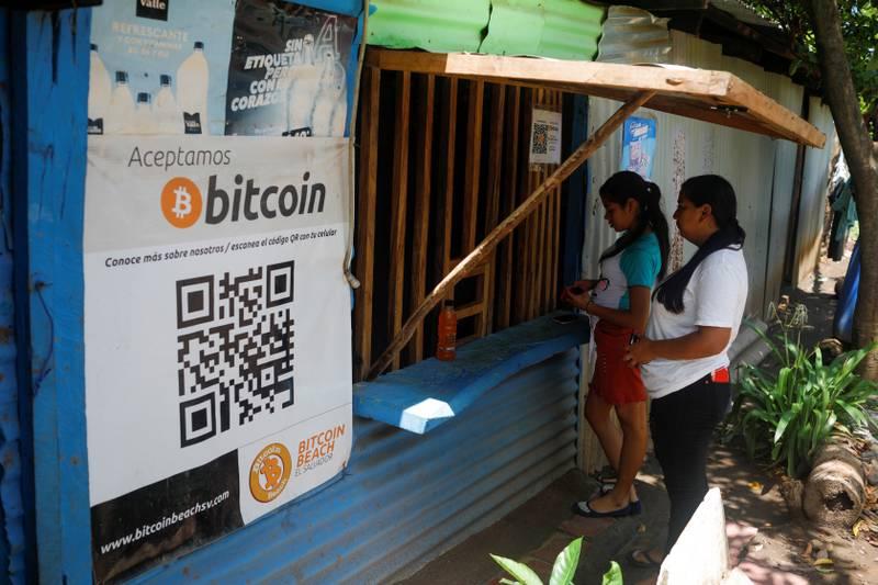 El Salvador har tatt i bruk Bitcoin som offisielt betalingsmiddel. Her handler noen i butikk i El Zonte-strand i Chiltiupan i El Salvador tidligere i juni.