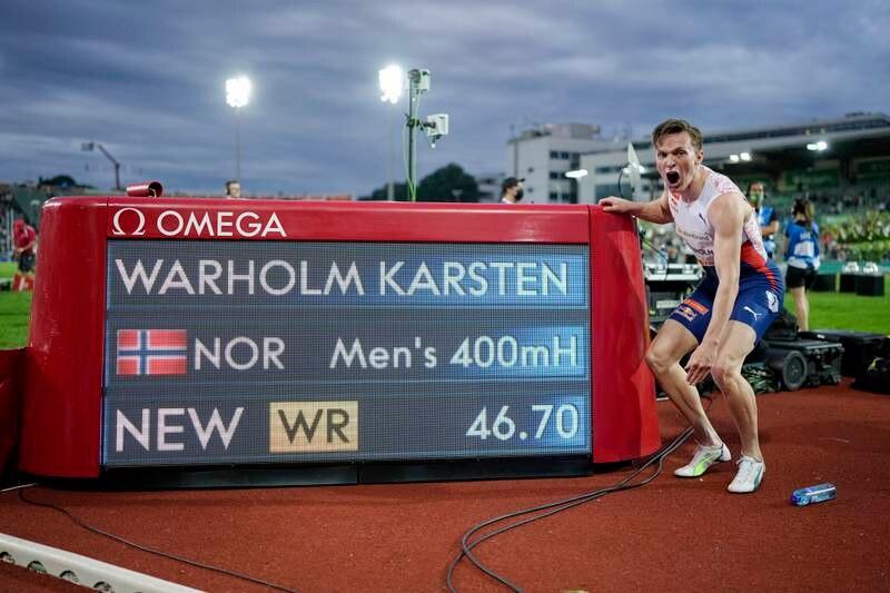 Karsten Warholm foran tavla som dokumenterer hans fantastiske verdensrekord på 400 meter hekk. Foto: Fredrik Hagen / NTB