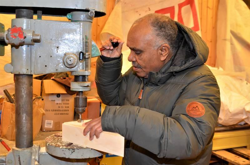 Alkhatem Maryud borer og klargjør «biekatedraler» som skal selges til inntekt for Håpets katedral.