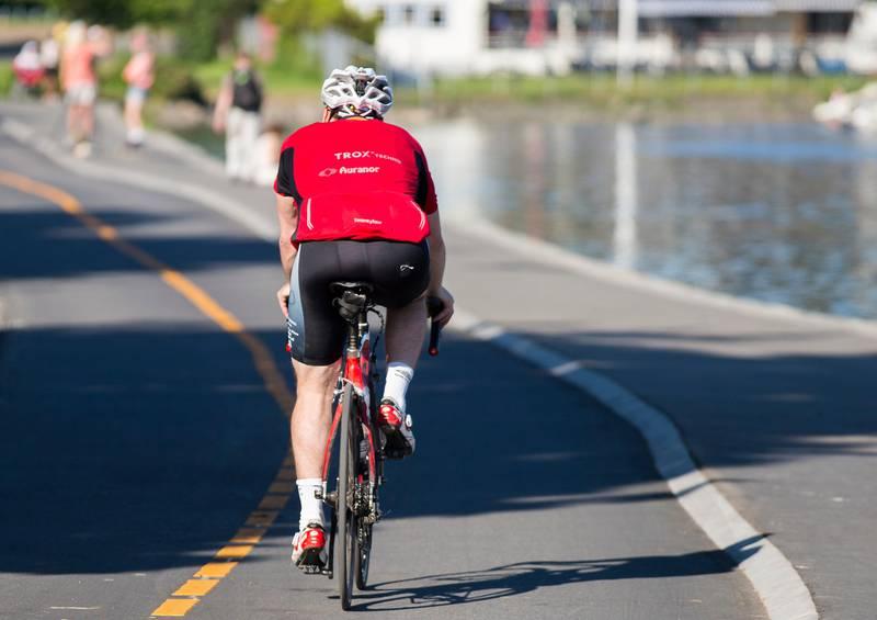 OSLO  20160605. En syklist sykler langs sykkelveien ved E18 Lysaker. Kapasiteten på E18 utvides med 1,5 kilometer mellom Lysaker og Strand. Det blir et såkalt vekslingsfelt i tillegg til to vanlige bilfelt, et bussfelt og en egen sykkelvei.   Foto: Berit Roald / NTB scanpix