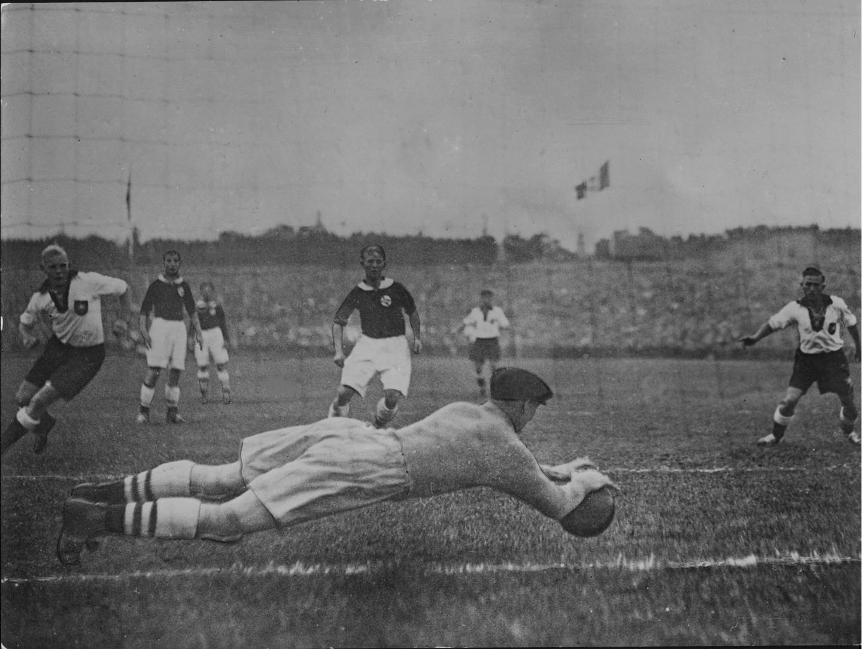 Sommer-OL i Berlin, Tyskland i 1936. Fotballkamp Tyskland - Norge 0-2.  Keeper  Henry Johansen ( Tippen ) redder et tysk skudd. Foto: arkiv /  SCANPIX