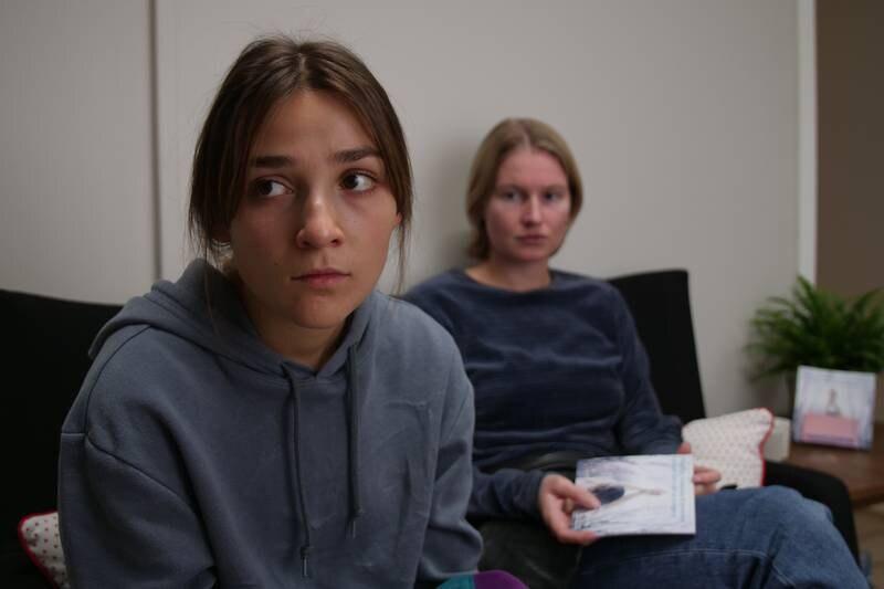 Klara (Darin Hagi) vil ikke definere seg som et offer verken på den ene eller andre måten i «Etter lørdag», men tar til sist i mot hjelp fra bestis Lotte (Hanna Heider Hov).
