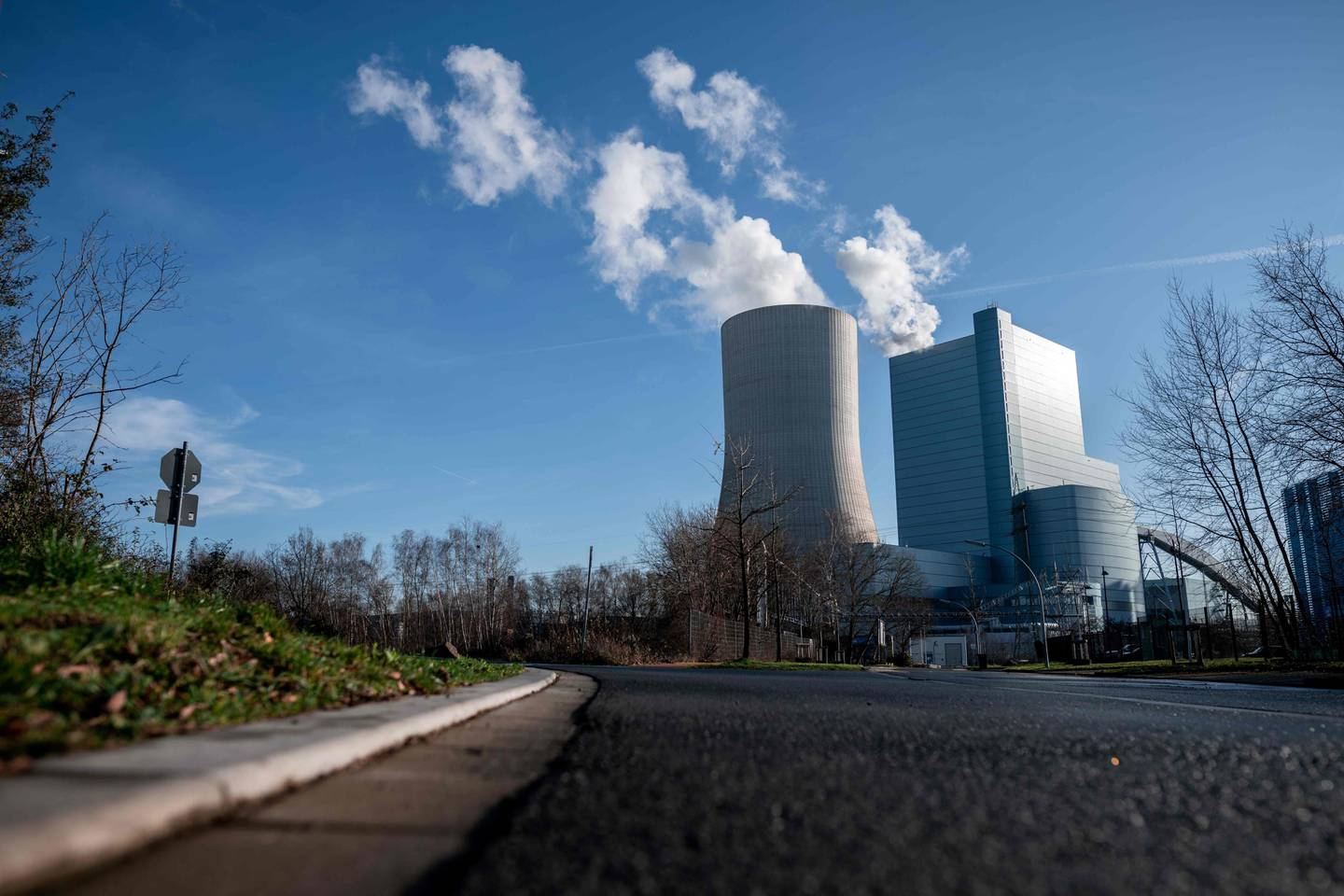 A picture taken on January 16, 2020 shows a view of the coal-fired power station Datteln 4 of supply company Uniper in Datteln, western Germany. (Photo by Fabian Strauch / dpa / AFP) / Germany OUT
