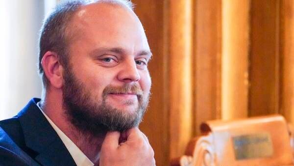 Mímir Kristjánsson går ut av Ytringsfrihetskommisjonen