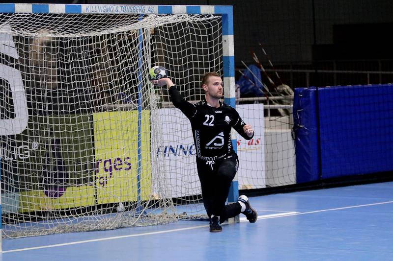 Bjørnar Roth måtte plukke mange baller ut fra nettet. Foto: Pål Karstensen
