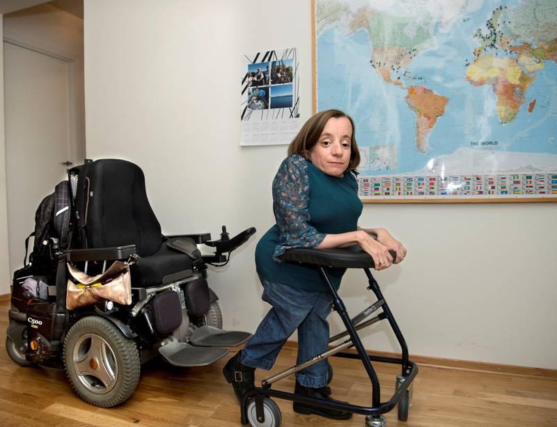Det var da hun skulle bevege seg over fra den elektriske rullestolen til gåstolen, at det ene beinet på gåstolen brakk og Gry Tofte Haugen (37) falt og slo hodet. I dag er hun blind på det ene øyet og kan ikke jobbe fulltid lenger.