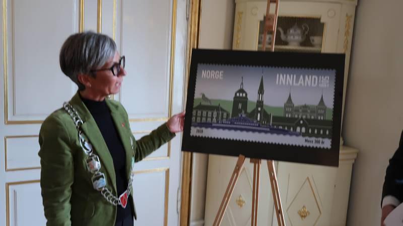 Ordfører Hanne Tollerud takket Posten for det nye frimerket, og hun takket Moss Filetalistklubb for initiativet til søknaden om få tildelt et nytt et nytt frimerke for Moss.