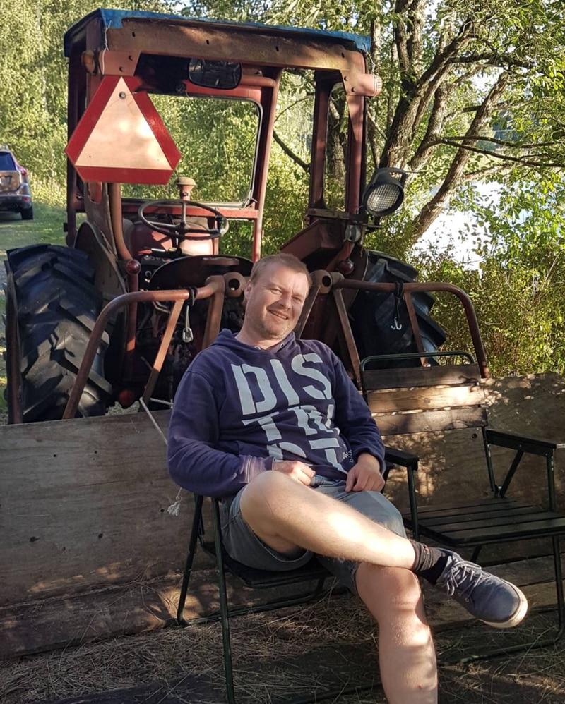 Frode Lauritsen like ved hytta si i Sverige. – Den hytta er nesten livet mitt, sier han.