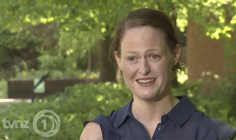Sykepleieren Jenny McGee, her på New Zealandsk tv i fjor, etter at hun hadde pleid Storbritannias statsminister Boris Johnson gjennom livstruende coronasykdom.