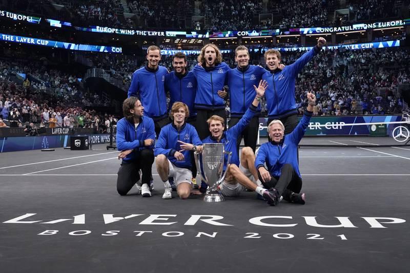 Europas vinnerlag jubler over sin utklassingsseier i Laver Cup i tennis. Casler Ruud til høyre bakerst, rett bak lagkaptein og tennislegende Björn Borg. Foto: Elise Amendola, AP / NTB