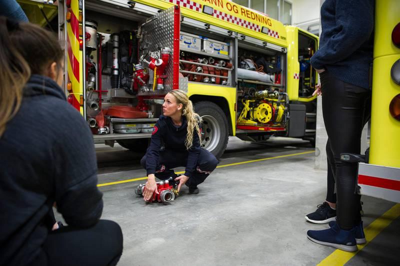 Kun 2,2 prosent av de heltidsansatte brannkostablene i Rogaland brann og redning IKS er kvinner. Onsdag inviterte de til åpen brannstasjon for kvinner og jenter i alle aldre i håp om å rekruttere flere.  På bildet er brannkonstabel Alfhild Randi Håheim som viser fram en hydrant. brann brannvesenet brannvesen