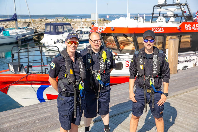 Matros Sigurd Knap Sæby (til venstre) og resten av de frivillige i Redningsselskapets Sjøredningskorps i Moss har hatt mye å gjøre denne sommeren. Her med båtfører Andrew Shaw (i midten) og bestmann Jørn Ellingsen.
