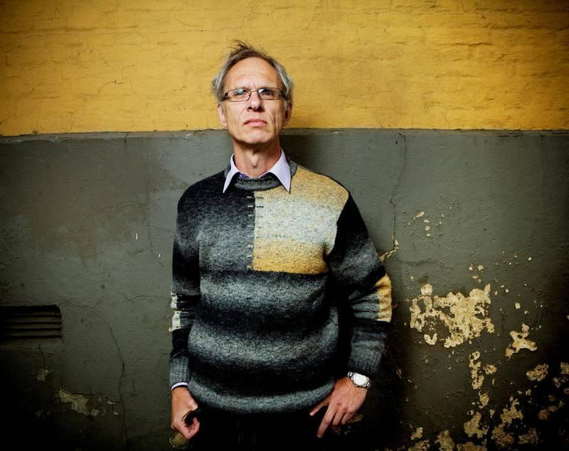 Paul Bjerke, professor i journalistikk ved Høgskolen i Volda, er blant forskerne bak en omfattende rapport om Kulturrådets støtte-ordninger for litteratur. Foto: Fredrik Bjerknes