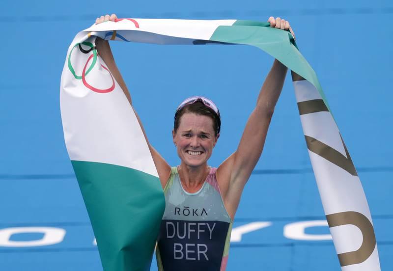 Flora Duffy var i en egen klasse i kvinnenes triathlon, og jubler for Bermudas aller første OL-gull noensinne