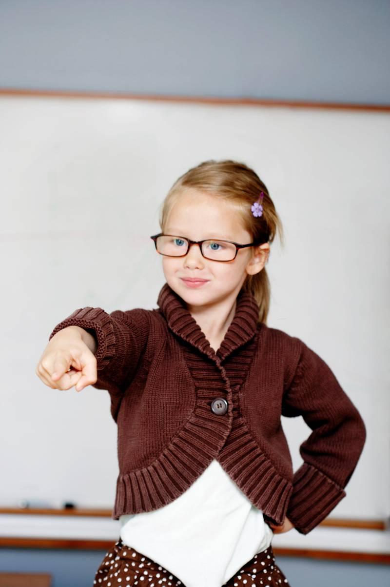 Liten jente leker at hun er lærer. Peker. Girl acting teacher Foto: Berit Roald / NTB scanpix NB! MODELLKLARERT