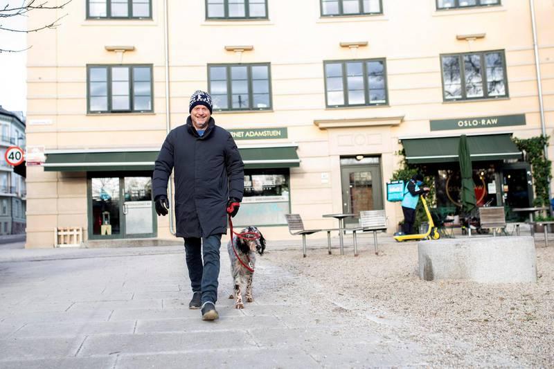 Byrådsleder Raymond Johansen elsker å gå tur med hunden.